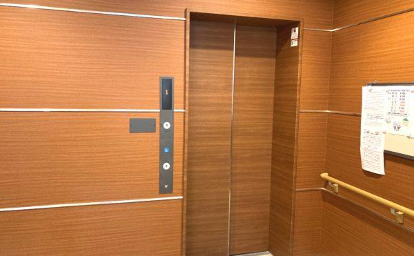 清潔感のあるエレベーターです。