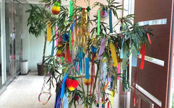 玄関には季節に合った装飾があります。