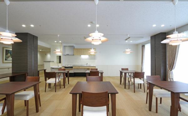 食堂 大きな窓があり、開放感あふれる明るい雰囲気の食堂です。
