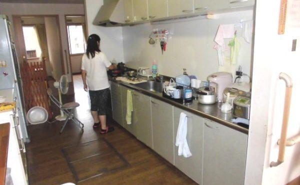 お部屋側とリビングの間にあるキッチン