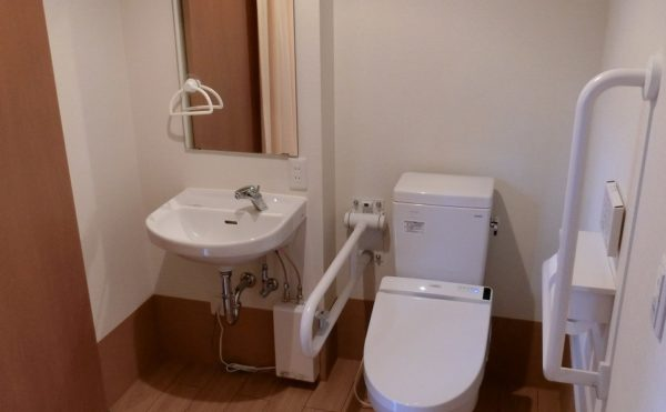 トイレ、洗面所 居室には清潔感のあるトイレがあり、手すり完備で安心して利用する事が出来ます。