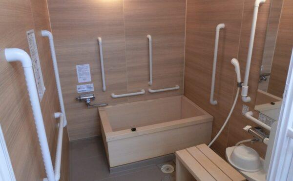 一般浴槽とは別に檜風呂があります。