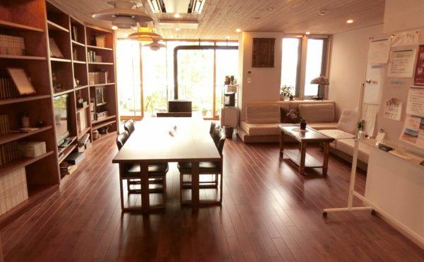 木のぬくもりのロビー 天井と床・造り付けの家具が統一された木材で、木のぬくもりが感じられます。(ゆずり葉の森)
