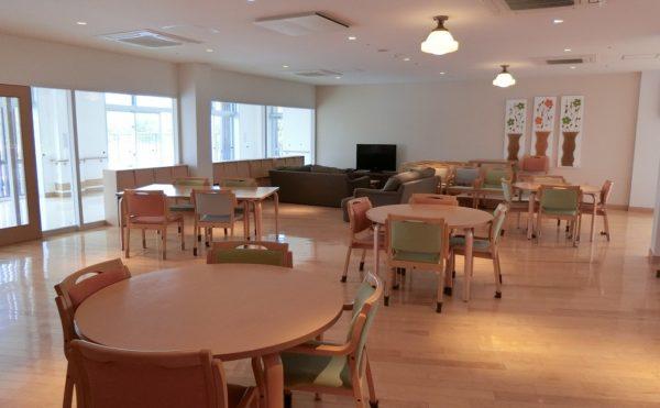 広々とした食堂 お洒落な大学キャンパスの食堂のような雰囲気で清潔感があり快適な空間が広がっています。(ゆずり葉の森)
