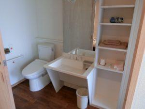 洗面・トイレ バリアフリー設計で扉一つで居室と一体となっている空間にトイレ・洗面が配置されています。(ゆずり葉の森)