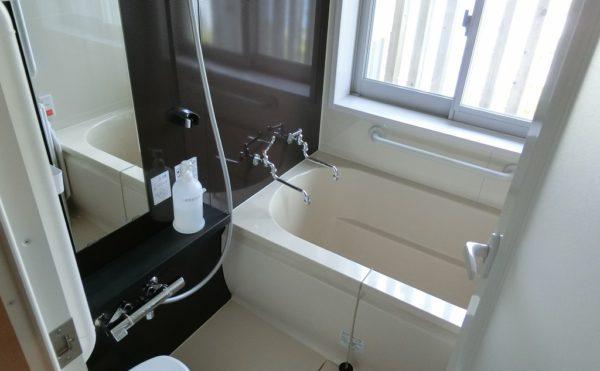 温泉の浴室 各居室には清潔感のある浴室が設置されていて温泉を出るようになっています。(ゆずり葉の森)