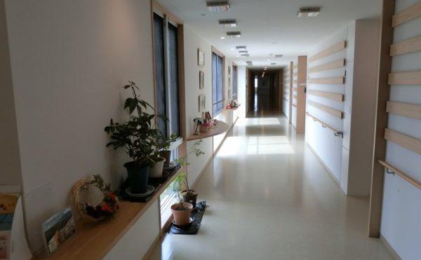 廊下① 廊下には手すりやデザイン性のあるお洒落な仕上げが施されており、快適に移動することが出来ます。(ゆずり葉の森)
