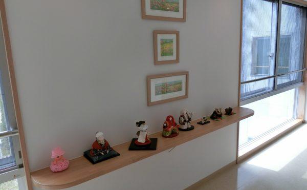 廊下② 廊下の壁には、絵が展示されて、カウンターには置物やオブジェが飾られています。(ゆずり葉の森)