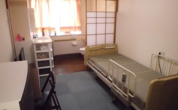 温かみのある単身部屋Aタイプです。トイレも付いています。