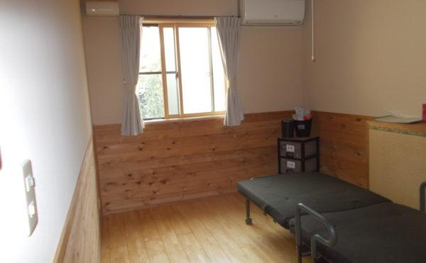 陽当たりの良い個室。ベッドは個々に合ったものを・・・