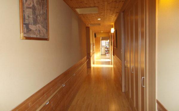 明り取りのある廊下