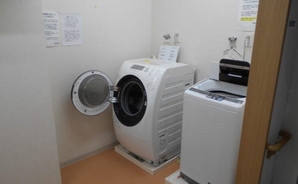 洗濯室 ランドリー洗濯室には、洗濯機と最新のドラム型洗濯機が設置されています。(なごやかレジデンス清水八坂)