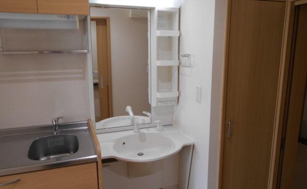 洗面とキッチン 統一されたナチュラル色の内装インテリアで快適に資料することが出来ます。(なごやかレジデンス清水八坂)
