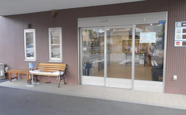 エントランス玄関 エントランスには大きな透明の引き戸が設置されて、訪れる人を迎えます。(なごやかレジデンス清水八坂)
