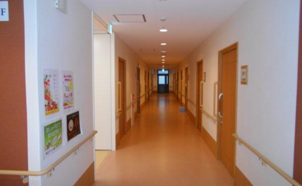 明るい廊下 直線で見渡しが出来る明るくて広い廊下です。手すりが両側に設置され、安心です。(なごやかレジデンス静岡西脇)