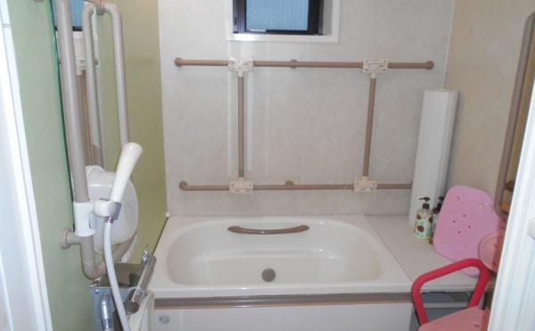 手すり付浴室 清潔感のある浴室で手すりが適所に配置されて安心して利用する事が出来ます。(なごやかレジデンス静岡西脇)