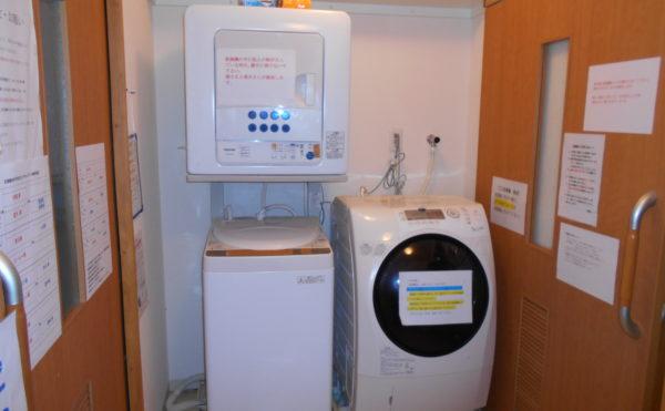 ランドリー 洗濯室には、洗濯機と乾燥機が設置されています。(なごやかレジデンス静岡西脇)