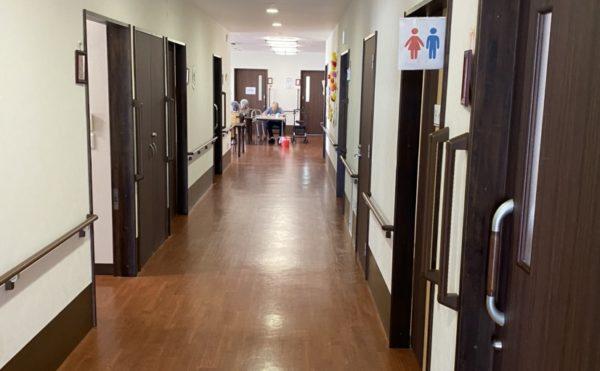 部屋につながる広い廊下(セントケア曳馬)