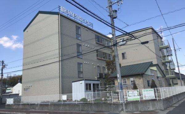 外観 施設建物は4階建てになっていて存在感のある重厚な建物になっています。(グループホーム ねんりんはうす西都台)