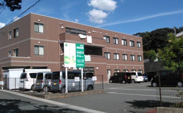 浜松市中区のグループホーム  愛の家グループホーム浜松富塚は3階建ての建物で2-3Fはグループホームにお住まいの方の居室、1Fには小規模多機能型ホームがあり、外部の方も気軽に利用されています。