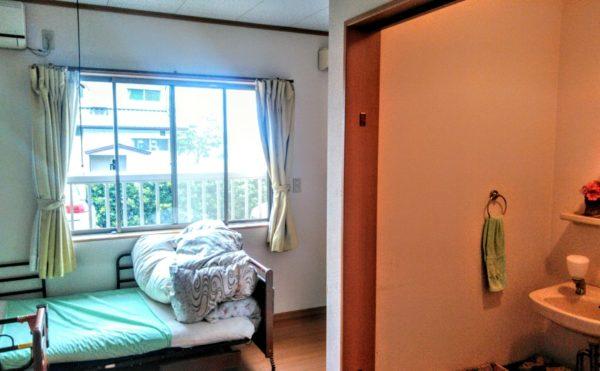居室  大きな窓が設置されていて開放的で明るい空間になっています。洗面も完備されています。(グループホーム苦楽舎)
