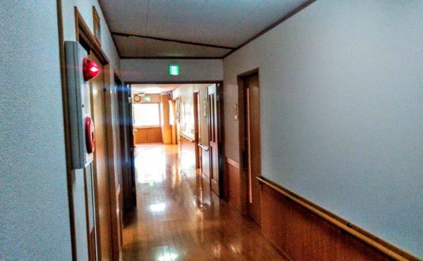 廊下② 広い廊下で手すりも設置され、一直線に伸びていて安心して移動歩行する事が出来ます。(グループホーム苦楽舎)