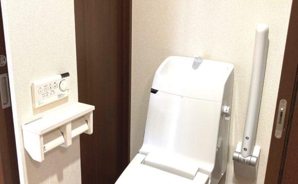 手すり付きお手洗いです。