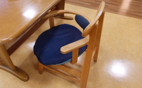 食堂の椅子。座面が動きます。
