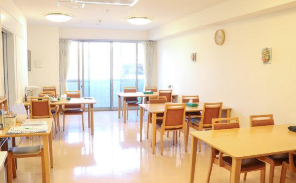 食堂 大きな窓が開放的で明るい雰囲気の食堂で毎日楽しく食事をすることが出来ます。