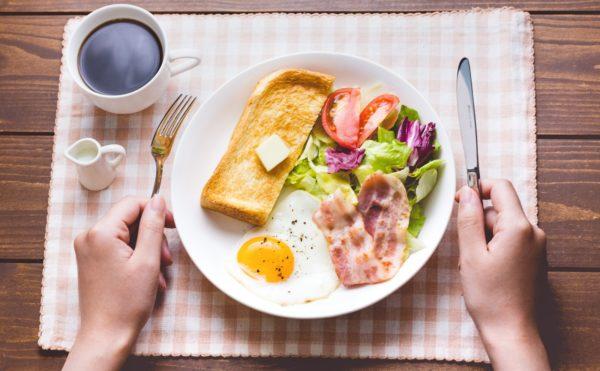 老人ホームでの食事はどの程度支給されるのか