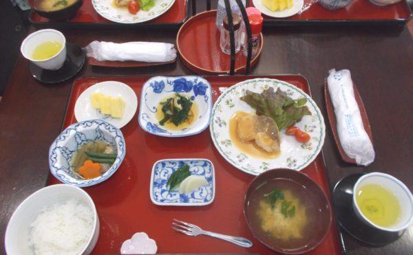 お食事 食事例。毎日の食事は健康を考えたバランスの良い食事となっています。(シニアあしたば)