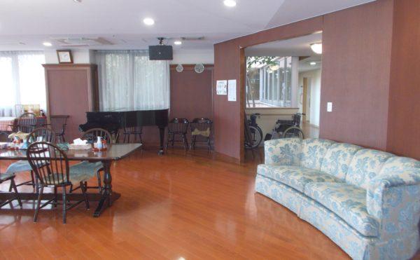 食堂② 特大のソファーセットやグランドピアノ等、毎日楽しく食事を取る事が出来ます。(シニアあしたば)
