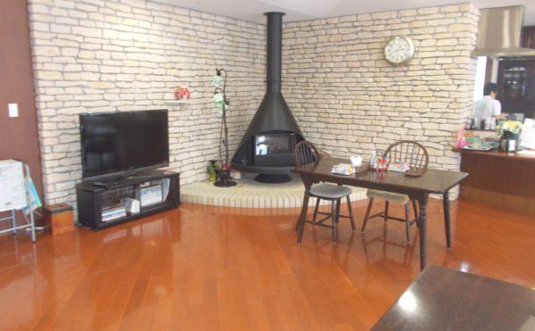 食堂① 食堂には暖炉スペースがあり、和やかな雰囲気を作り出してくれる空間となっております。(シニアあしたば)