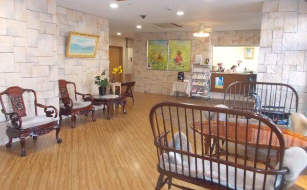 玄関② 壁には石が貼ってあり、設置されている高級感のある家具と訪れる人を迎え入れます。(シニアあしたば)