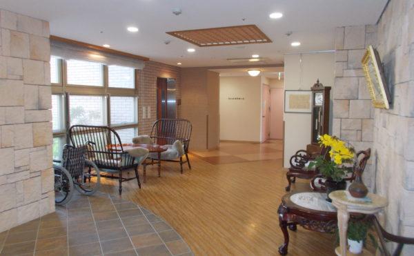 玄関③ 足元まである大きな窓が開放的で明るく広いエントランス玄関を演出しています。(シニアあしたば)