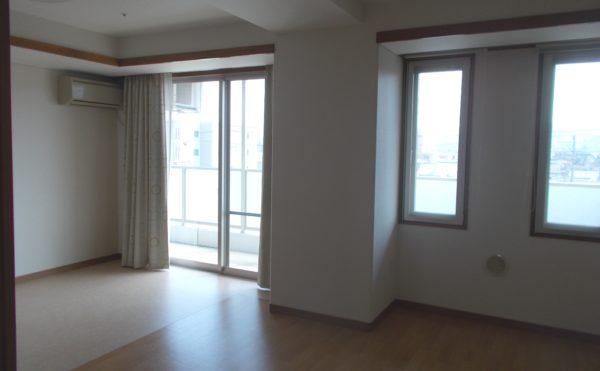居室② 沢山の窓と出入り口窓が開放的で、楽しく快適に毎日を過ごす事が出来ます。(シニアあしたば)