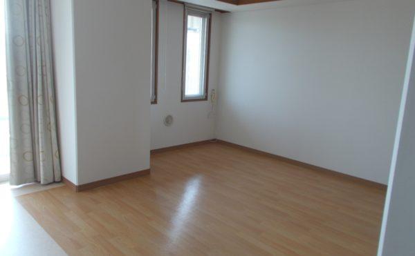 居室① 沢山の窓が開放的でナチュラルな床が明るく、毎日を楽しく過ごす事が出来ます。(シニアあしたば)