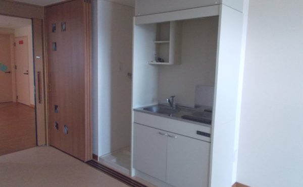 居室内設備① IH付キッチンが設置されていて便利で安心して利用する事が出来ます。(シニアあしたば)