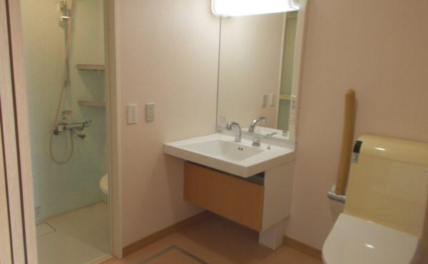 居室内設備② シャワーブースと清潔感のある洗面・手すり設置のトイレがご利用いただけます。(シニアあしたば)