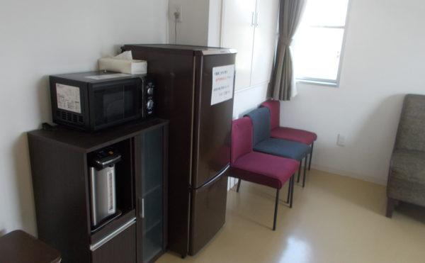 談話室。冷蔵庫やレンジ、ポットが有ります。