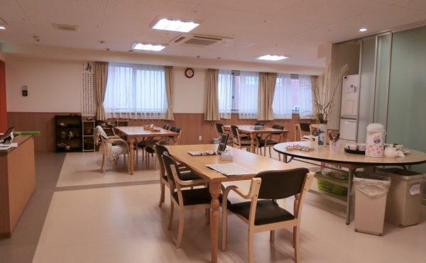 明るい雰囲気の食堂です。皆様よく食堂で談笑しています。