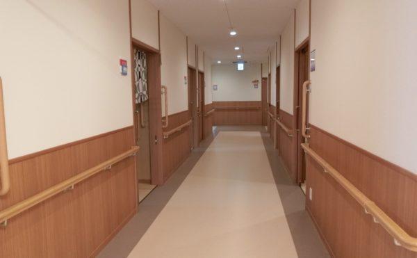 廊下が広くバリアフリーです。各所に手すりもついています。