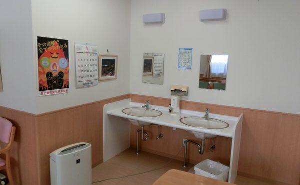 食堂の洗面はフットレスで車いすの方でも利用しやすく設計されています。