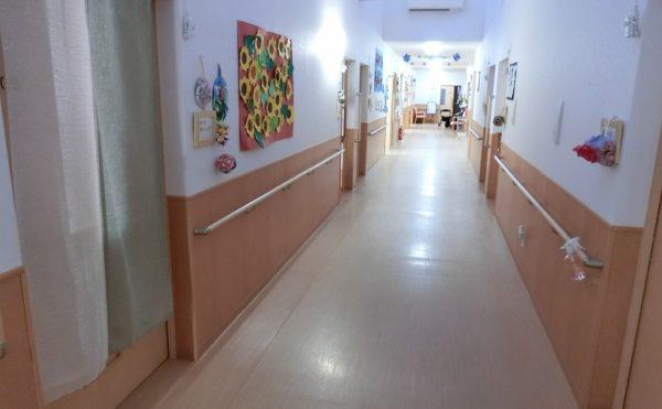 廊下には手すりが設置されています。