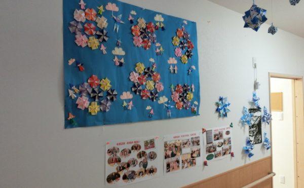 廊下の壁には利用者様が作成した作品の展示があります。