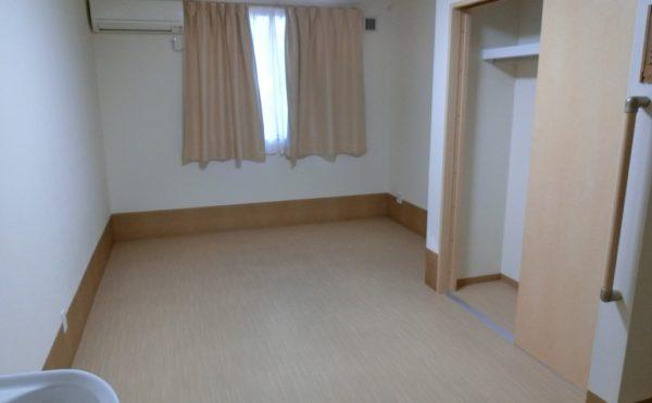 温かみのある色合いの居室です。広さは15.55㎡です。