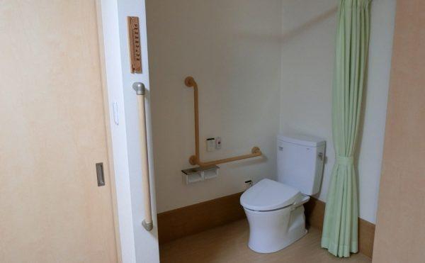 居室はトイレ付きです。車いすの方でも利用しやすい造りです。