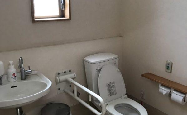 共有トイレはスペースも広々しています。(住宅型有料老人ホーム「茶山荘」)