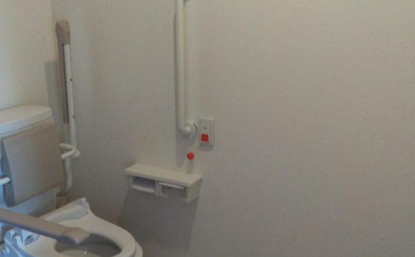 手すりがついた広々トイレ。もちろん車椅子も入れます。