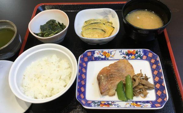食事の一例です。食器が陶器で食材もこだわっています。